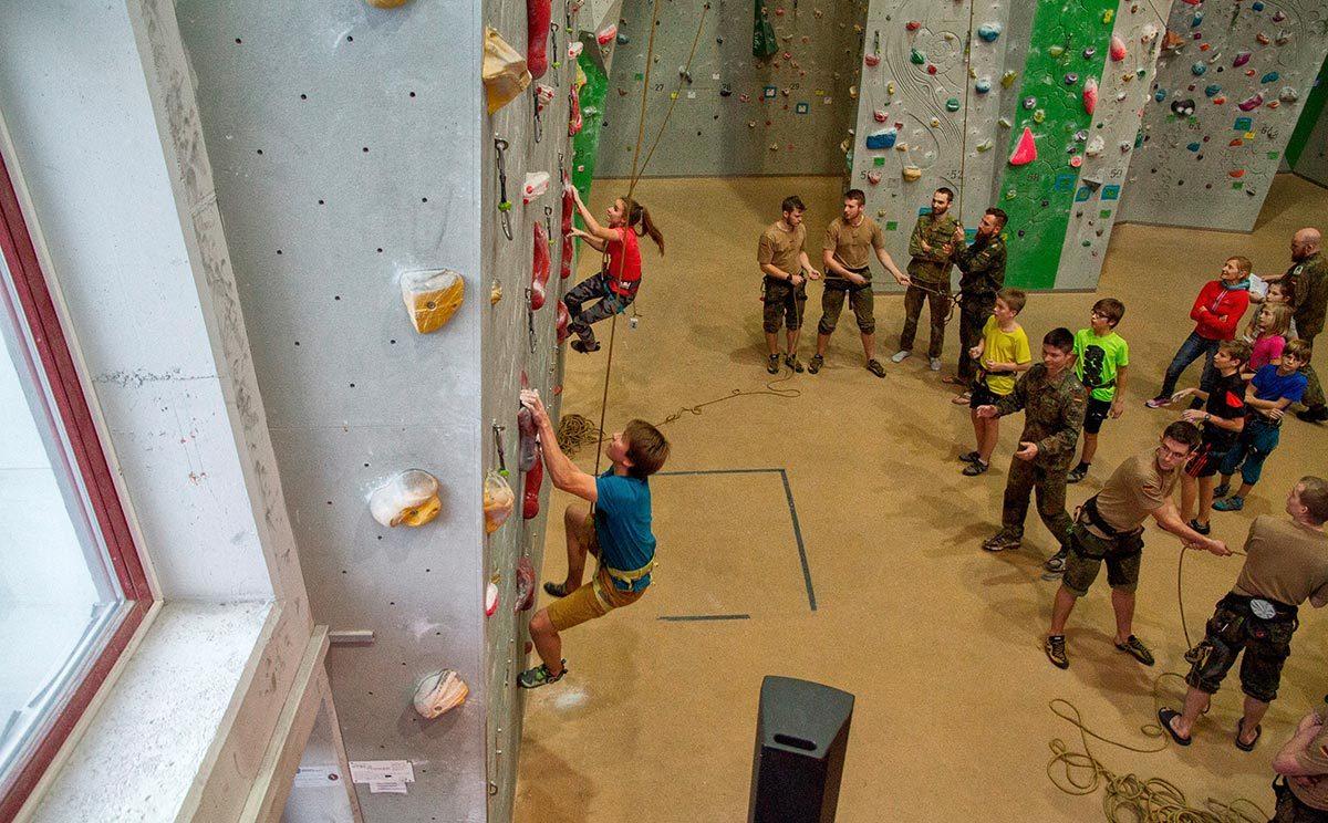 Die Schüler zeigten beim Speed-Klettern großes Engagement (Bild: Heer / Lutz Leibelt)