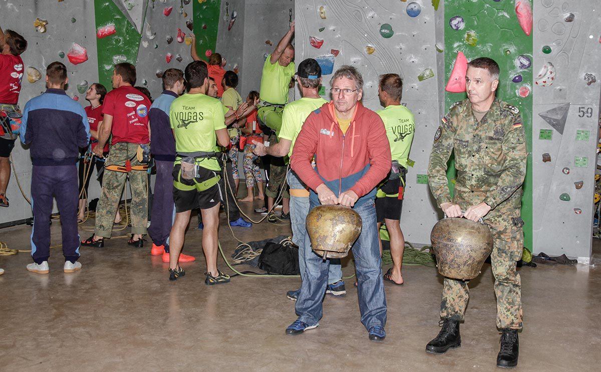 Oberst Leonhard und Bernhard Kühnhauser läuten das Spendenklettern ein (Bild: Heer / Lutz Leibelt)