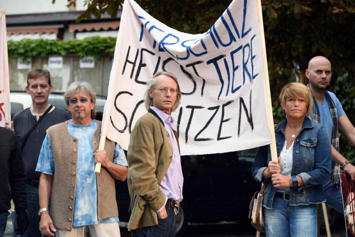 Dr. Rapp (Andreas Wimberger, M.) demonstriert mit seinen Mitstreitern gegen Tierquälerei © ZDF | Guenther Reisp