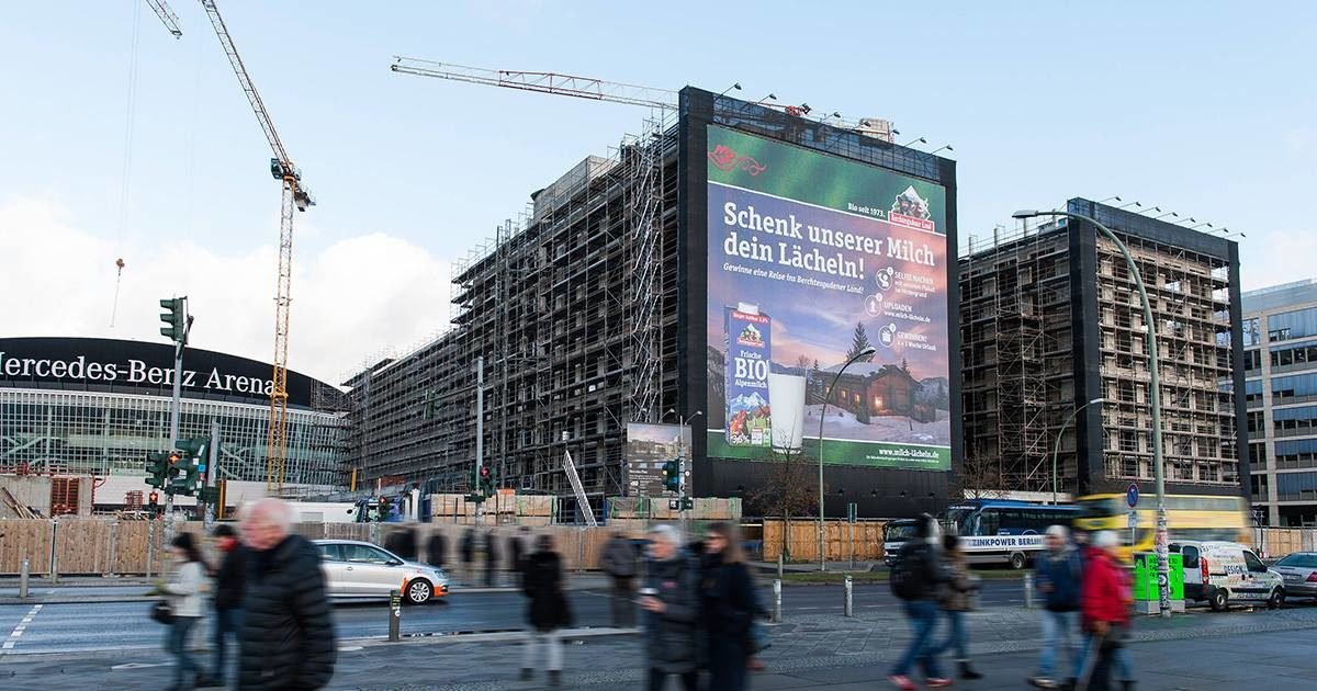 Plakat der Bergbauernmilch an der Mercedes Benz Arena in Berlin