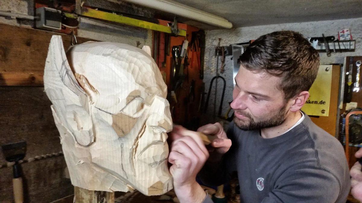 Marius Brandern: Larvenschnitzer aus Berchtesgaden