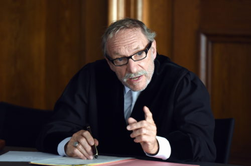 Richter Max Althammer (Franz Xaver Kroetz) muss ein Urteil über zwei Frauen fällen, die sich auf ungewöhnliche Weise an einem betrügerischen Mann gerächt haben © ZDF und Guenther Reisp