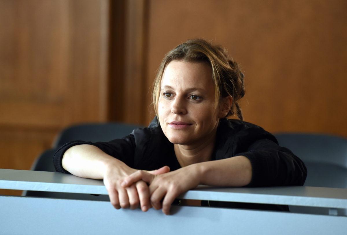 Aufmerksam beobachtet Frieda Mirko (Maria Simon) den Prozess © ZDF und Guenther Reisp