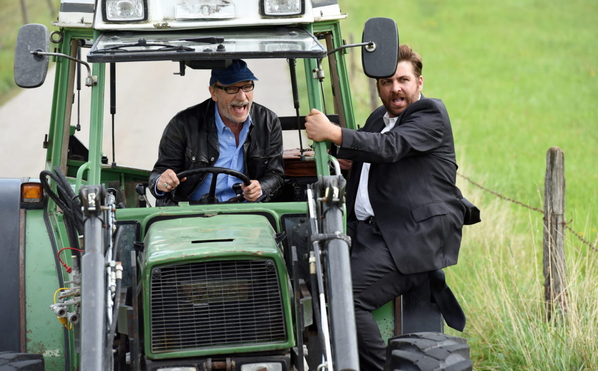 Max Althammer (Franz Xaver Kroetz, l.) freut sich, dass Sepp Brenner (Franz Josef Strohmeier, r.) ihn mit seinem Traktor fahren lässt © ZDF | Guenther Reisp