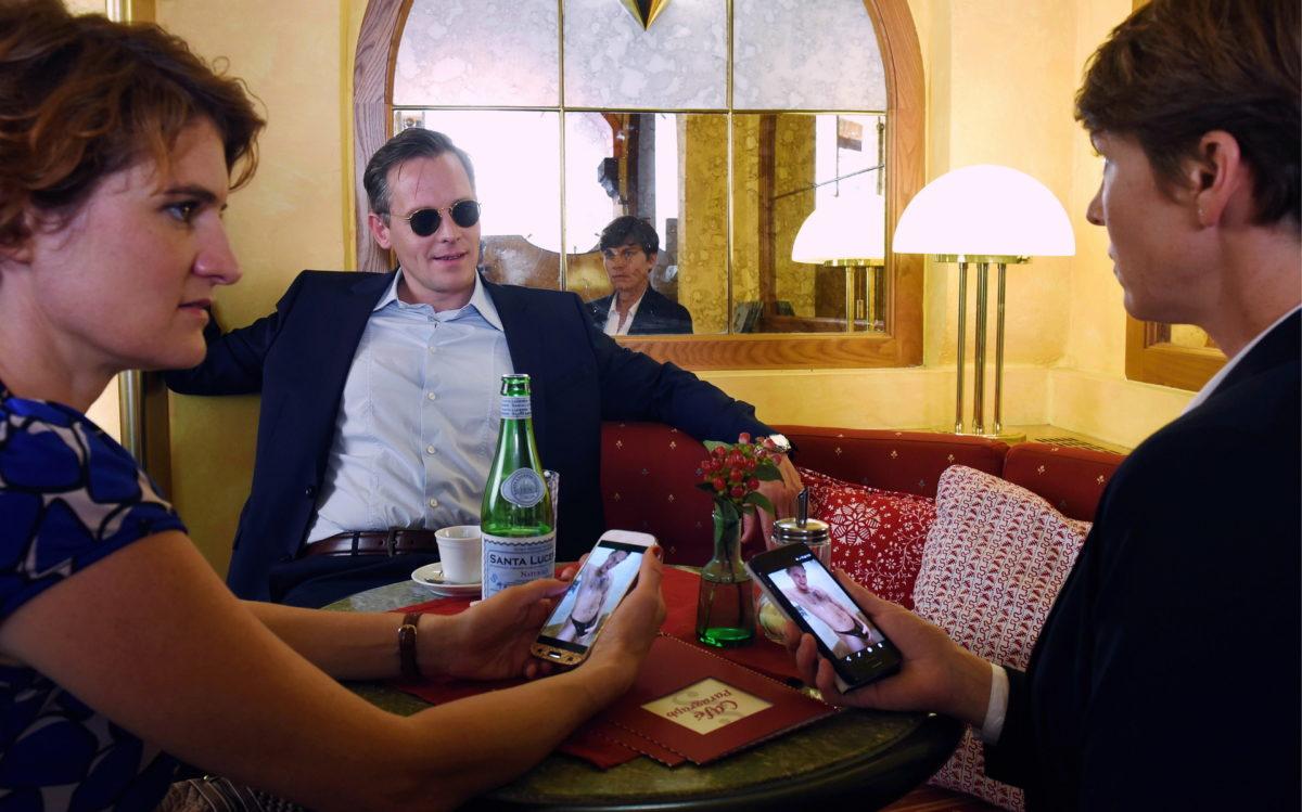 Kathi Gerlach (Elisabeth Wasserscheid, l.) und Gerti Hain (Victoria Mayer, r.) haben von Franz Kurz (Johannes Zirner) die selben Nacktfotos erhalten © ZDF und Guenther Reisp