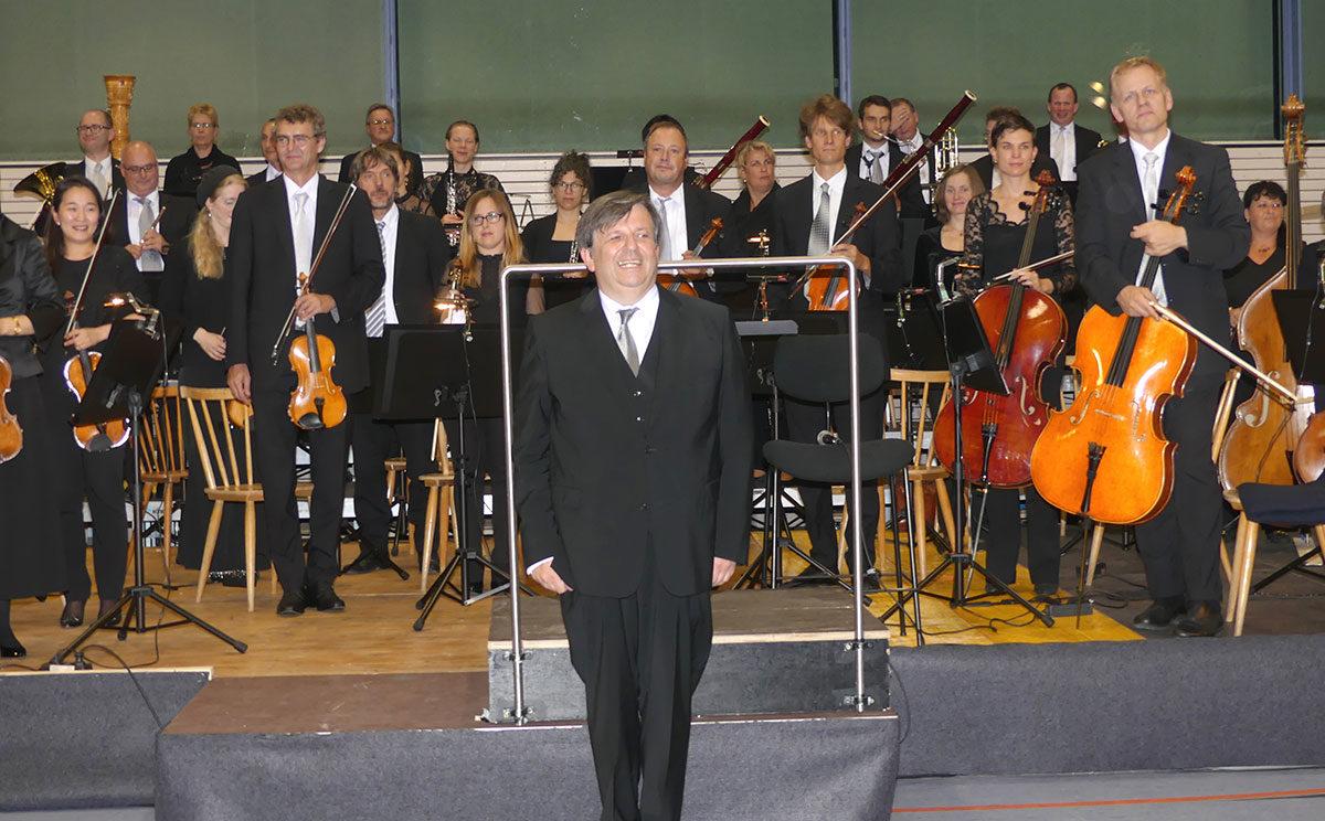 Christian Simonis in Kurmusik-Laune und Kommunikation mit dem Publikum