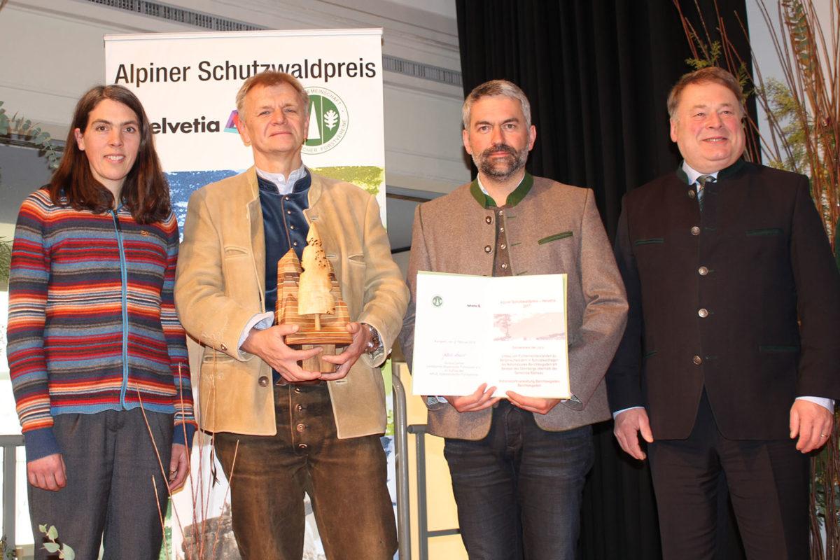 Helmut Brunner (r.), Bayerischer Staatsminister für Ernährung, Landwirtschaft und Forsten, überreichte Nationalpark-Leiter Dr. Roland Baier (2.v.r.), Revierleiter Hans Neubauer (2.v.l.) und Sachgebietsleiterin Kathrin Rinneberg (l.) den Anerkennungspreis der Jury für das Waldumbau-Projekt am Steinberg in der Gemeinde Ramsau.