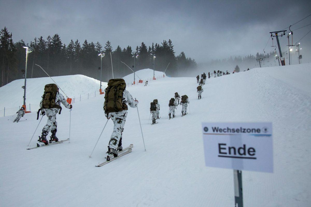 Wettkämpfer steigen auf den letzten Metern zum Ziel auf. © Bundeswehr/Marco Dorow