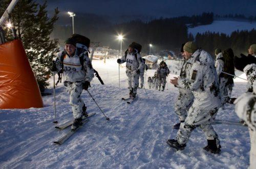 Endspurt: Soldaten, die den Wettkampf bereits beendet haben, feuern ihre Kameraden aus den nachfolgenden Startgruppen an. © Bundeswehr/Marco Dorow