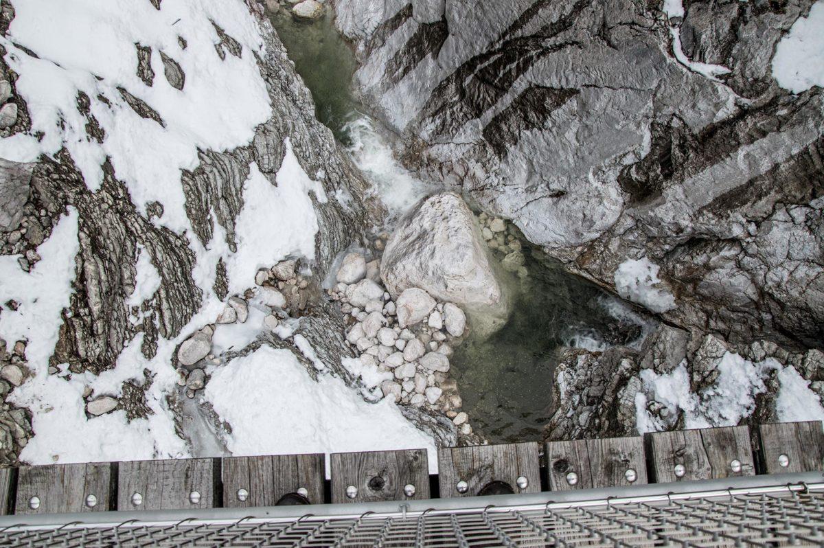 Blick von der Hängebrücke ins Bachbett
