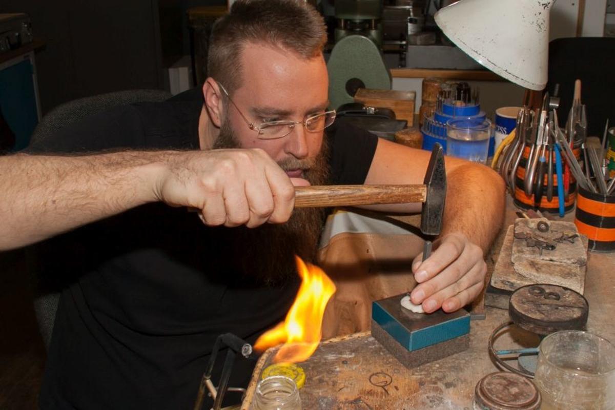 Martin Wagner bei der Fertigung der schützenden Hand