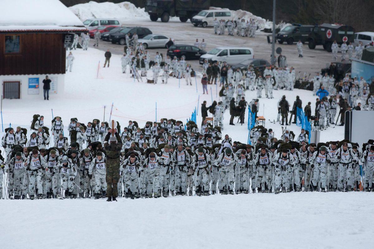 Massenstart – auf fünf Gruppen verteilt, beginnen jeweils gut 100 Soldaten das Skitourenrennen. © Bundeswehr/Marco Dorow