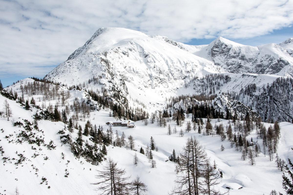 Blick über das Schneibsteinhaus zu den Bergen der Kleinen Reibn