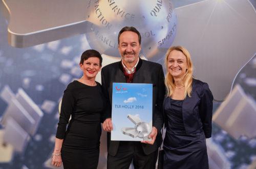 Hotelier Johannes Lichtmannegger (Bild Mitte) nimmt die TUI HOLLY Urkunde n der Landeshauptstadt entgegen