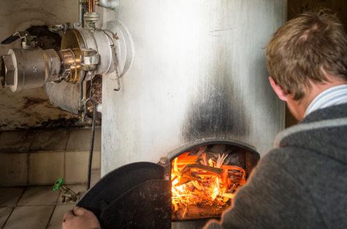 Der Bergbrenner befeuert die Kupferbrennblase