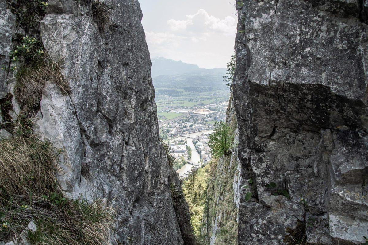 Blick durch einen Felsspalt anch Hallein