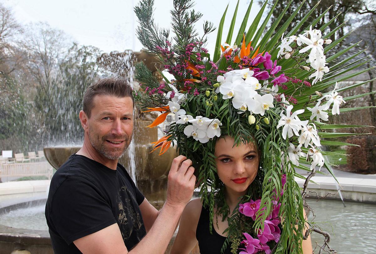 Friseurmeister Martin Moser lässt den Königlichen Kurgarten auf dem Kopf blühen und platziert Model Jessika vor dem Alpensolebrunnen © Fischer/alpgold