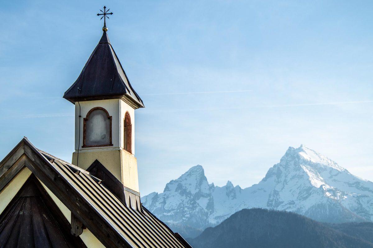 Der Glockenturm der Kapelle vor dem Watzmann