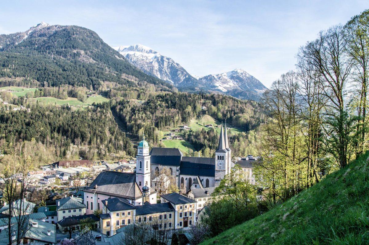 Blick hinunter zu Pfarr- und Stiftskirche