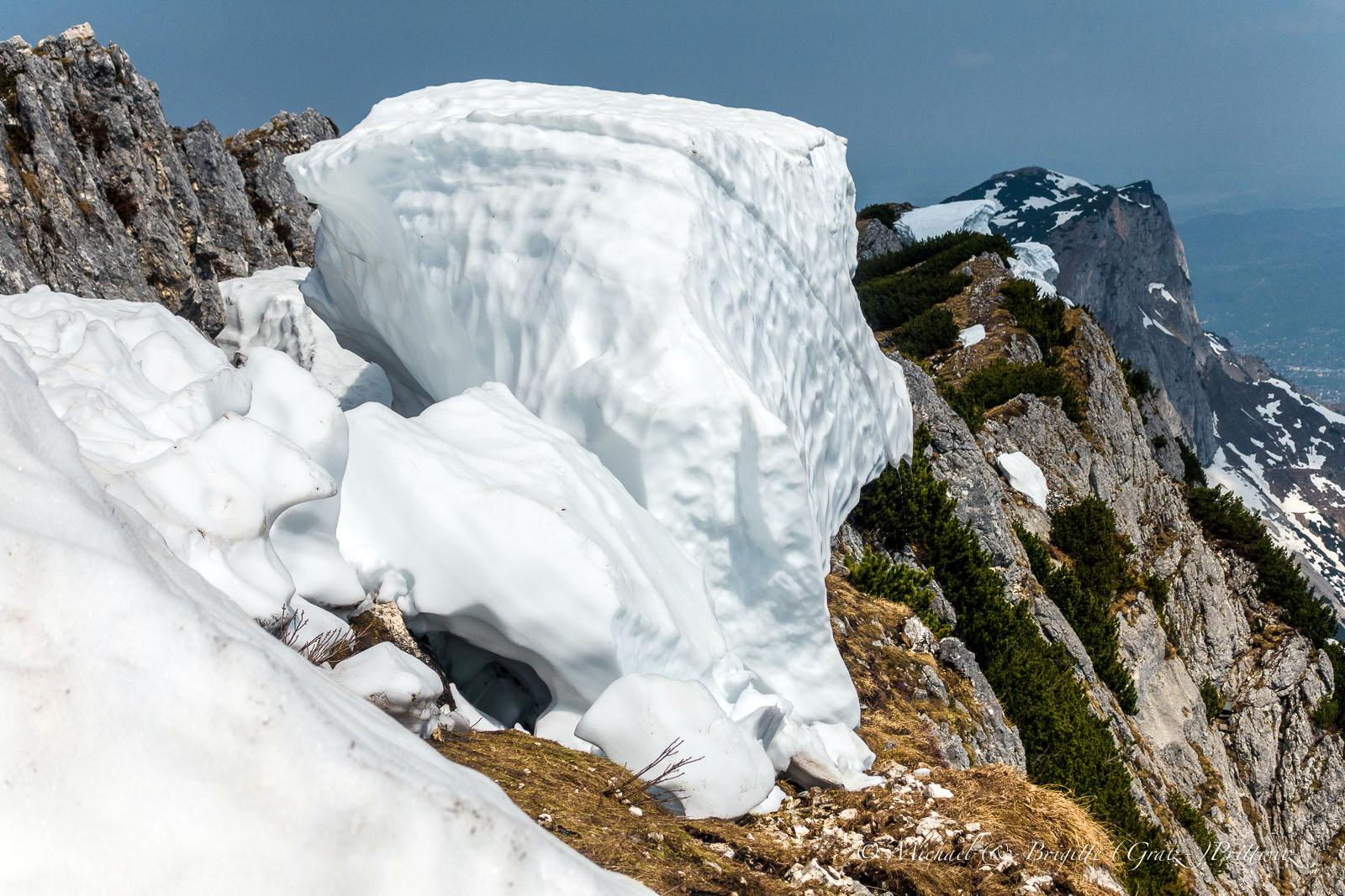 Auf dem Gipfel liegen noch mächtige Schneepakete abholbereit herum