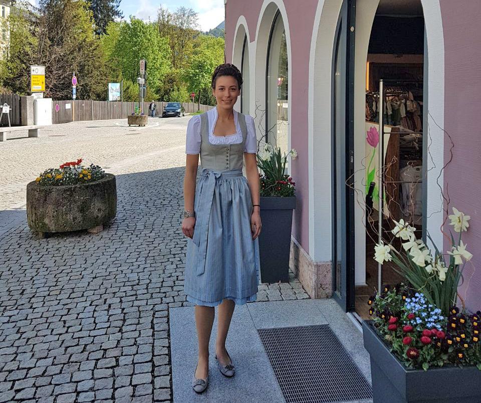 Julia mit Dirndl und Bauernzopf vorm Lederhosen Aigner in Berchtesgaden