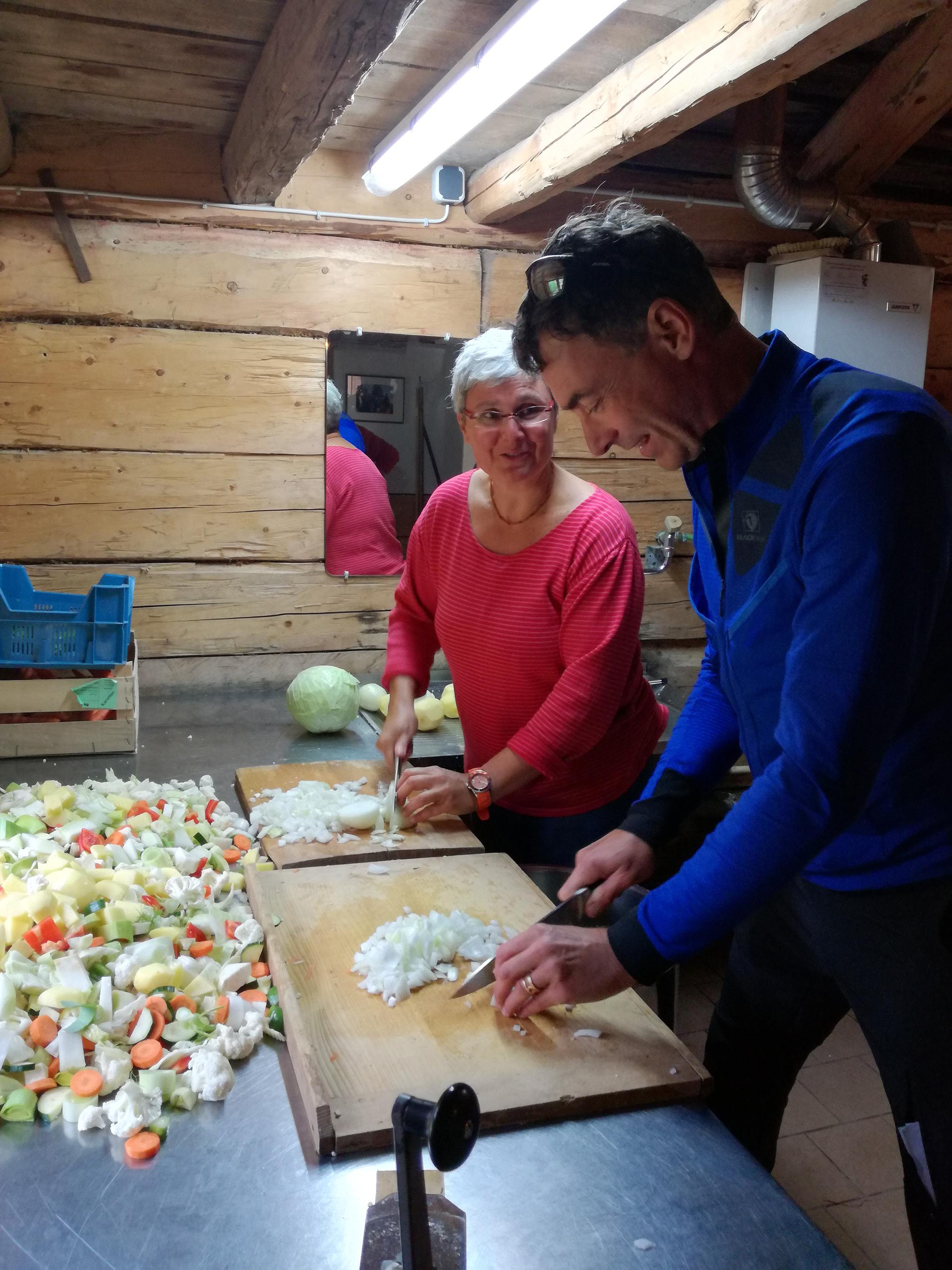 Mit Wasseralm-Wirtin Monika beim Eintopf kochen © Guthknecht