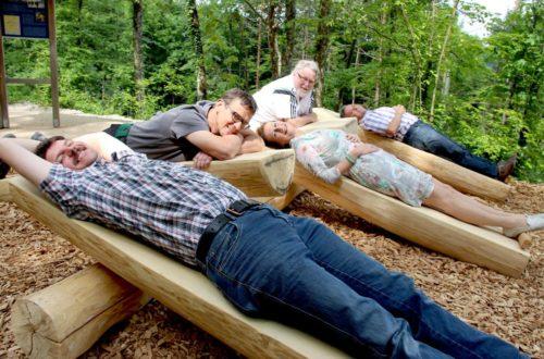 Die einfachen, gegenübergestellten Holzliegen sind aus Eschenholzstämmen gebaut und wurden bei der Freigabe des Weges gleich getestet © Bayerisches Staatsbad Bad Reichenhall