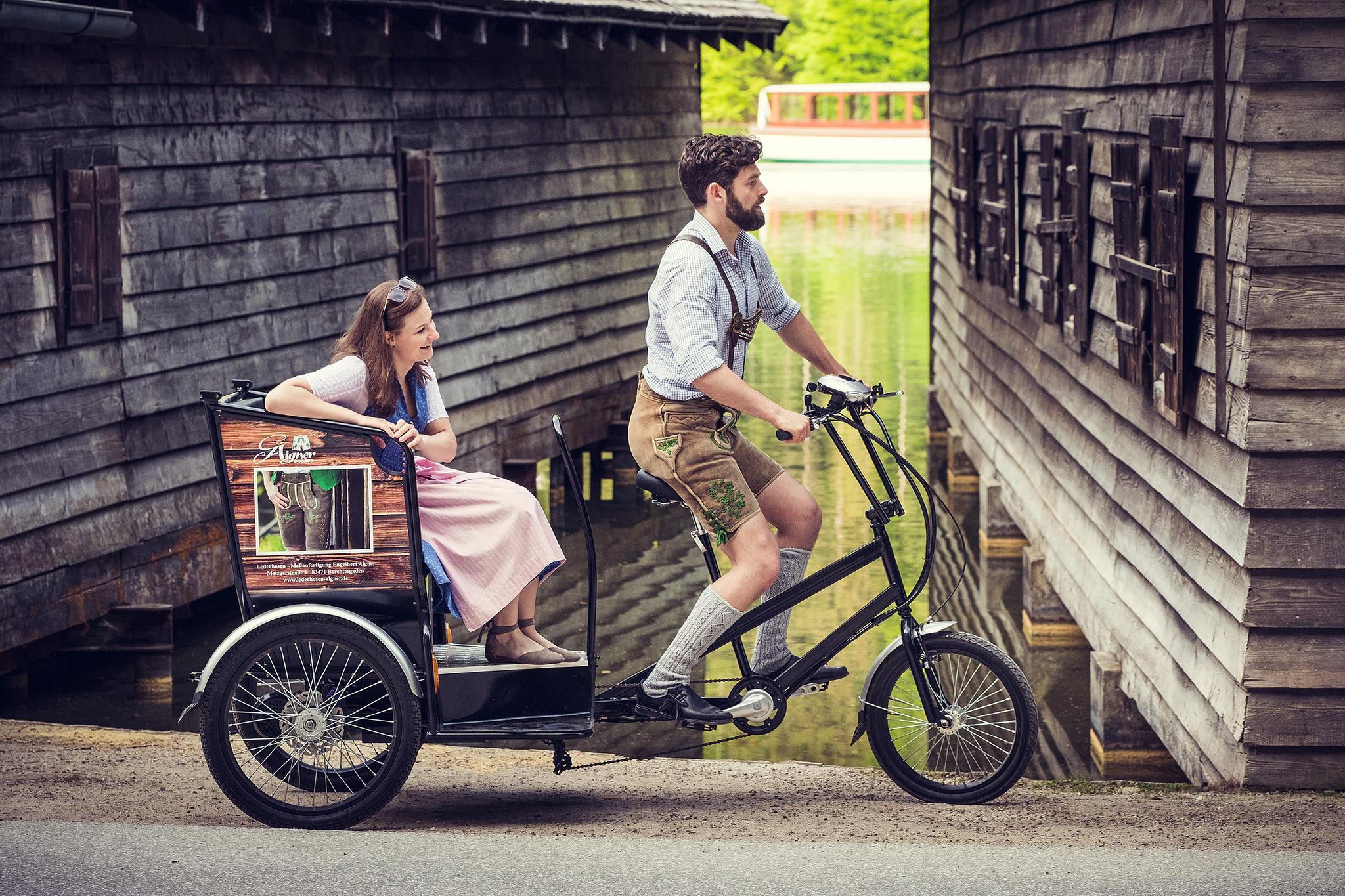 Lederhosenmacher Engelbert Aigner auf seinem Radltaxi