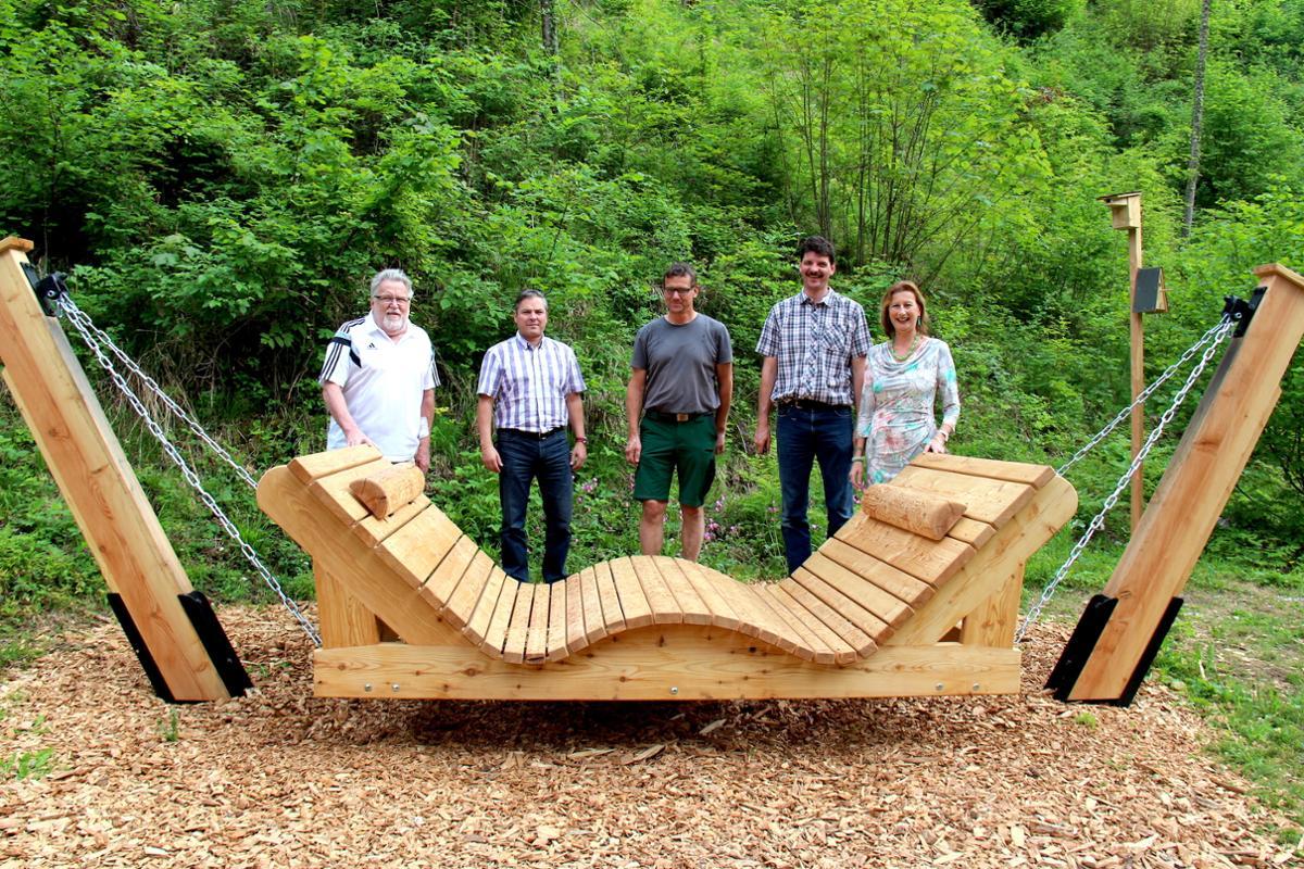 Die neue Schaukelliege aus Lärchenholz wiegt um die 200 Kilogramm © Bayerisches Staatsbad Bad Reichenhal
