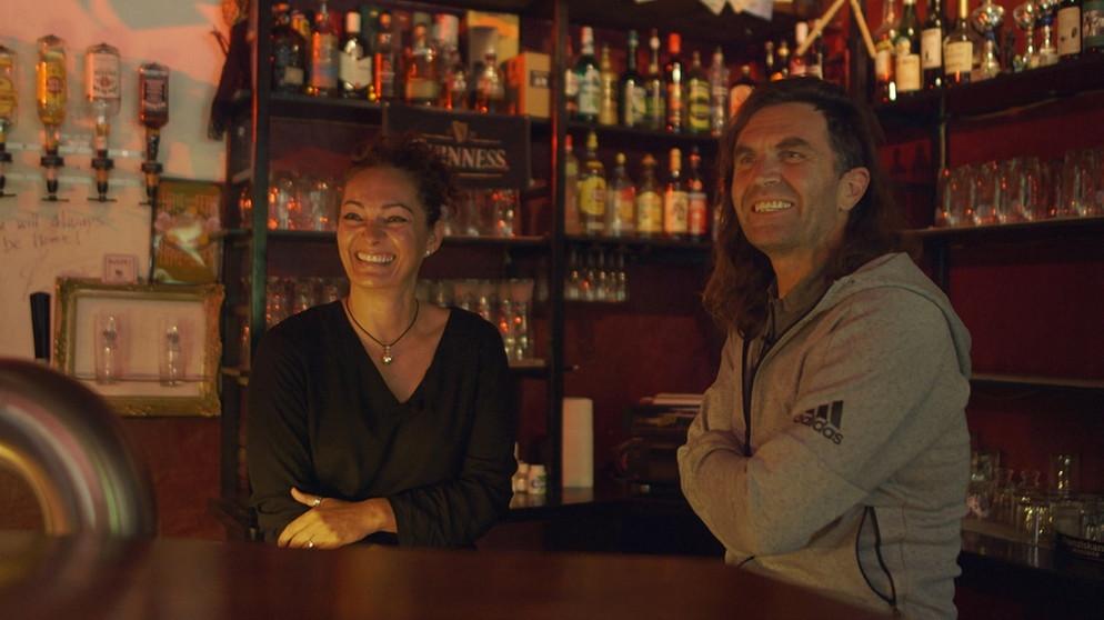 Thomas und seine Frau Marion in der Musik-Kneipe Kuckcuksnest in Berchtesgaden, wo sich die beiden kennen gelernt haben © BR/Stefan Wiebel