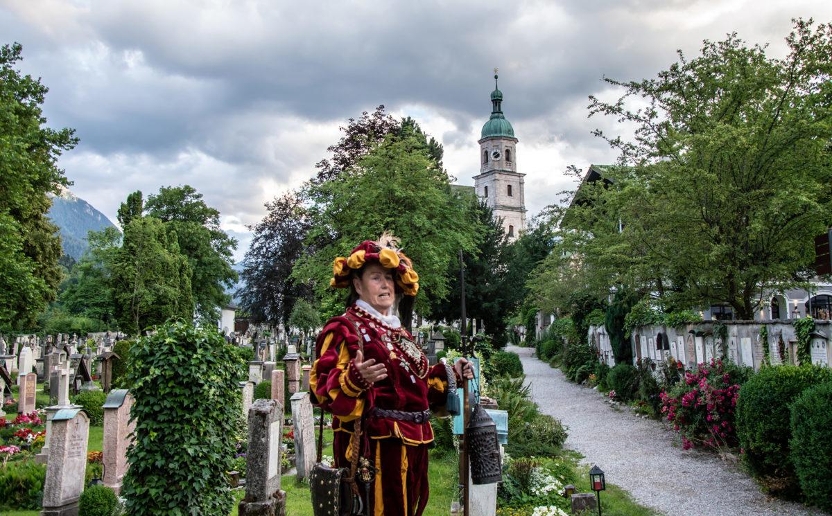 Nachtwächterin Anna Glossner führt über den alten Friedhof Berchtesgaden