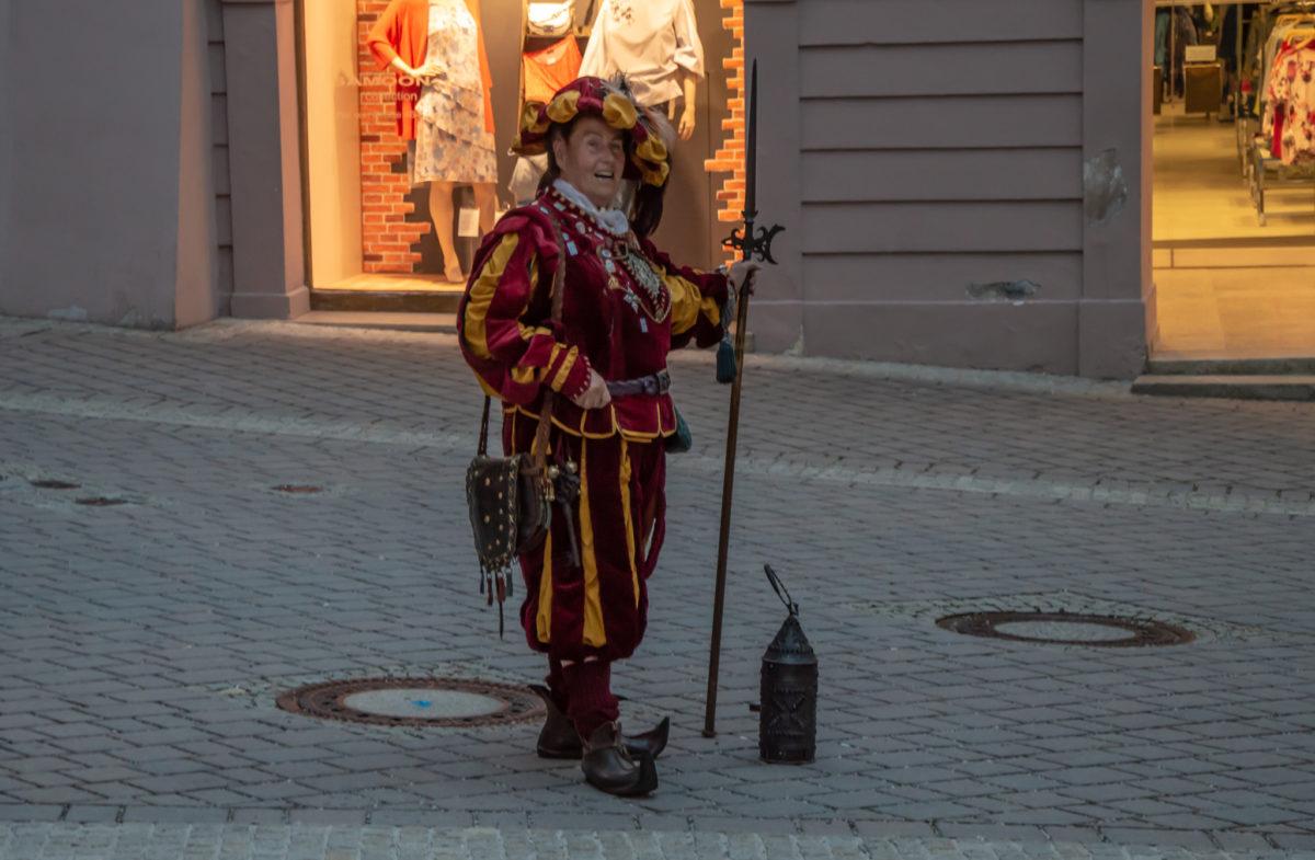 Nachtwächterin Anna Glossner vor dem Kasererhaus