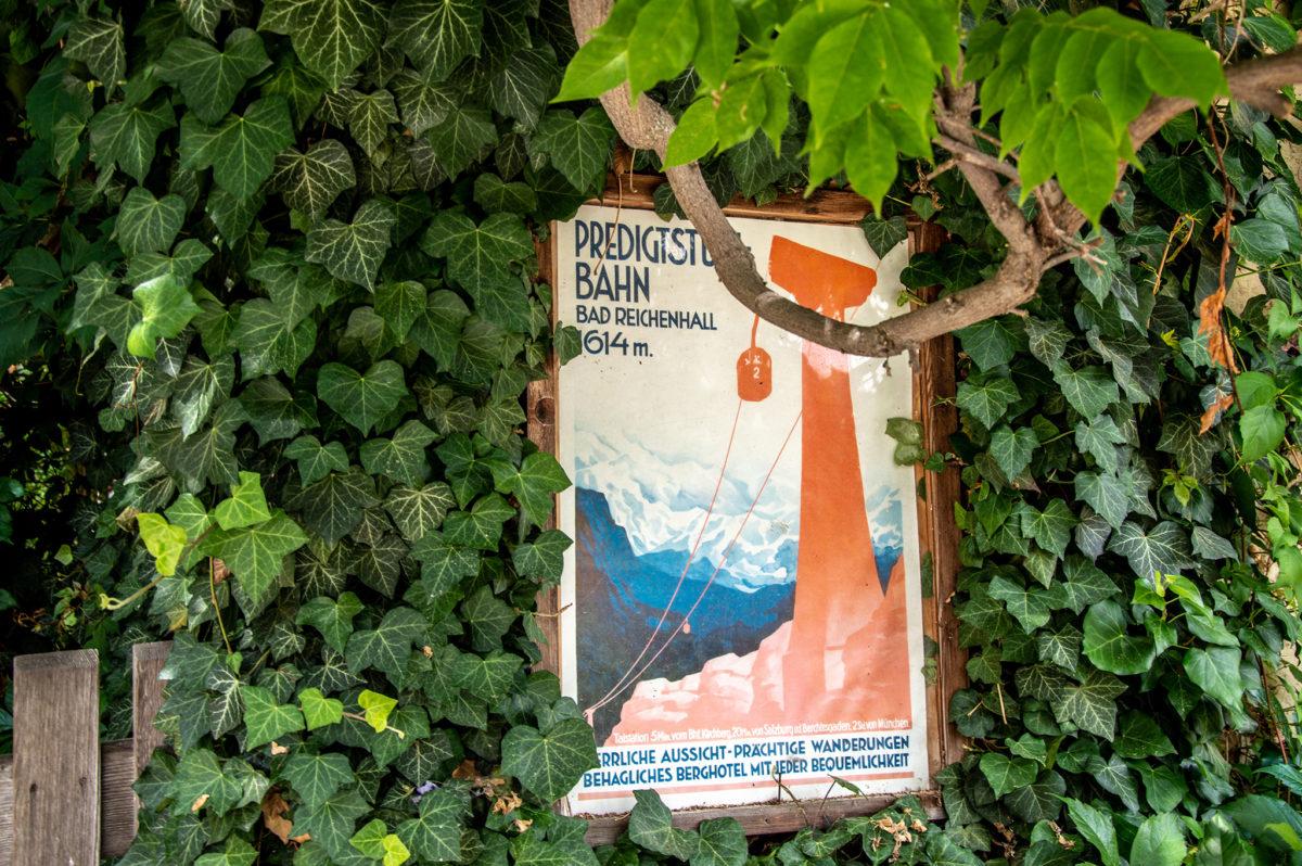 Am Florianiplatz: Nostalgieplakat der Predigtstuhlbahn