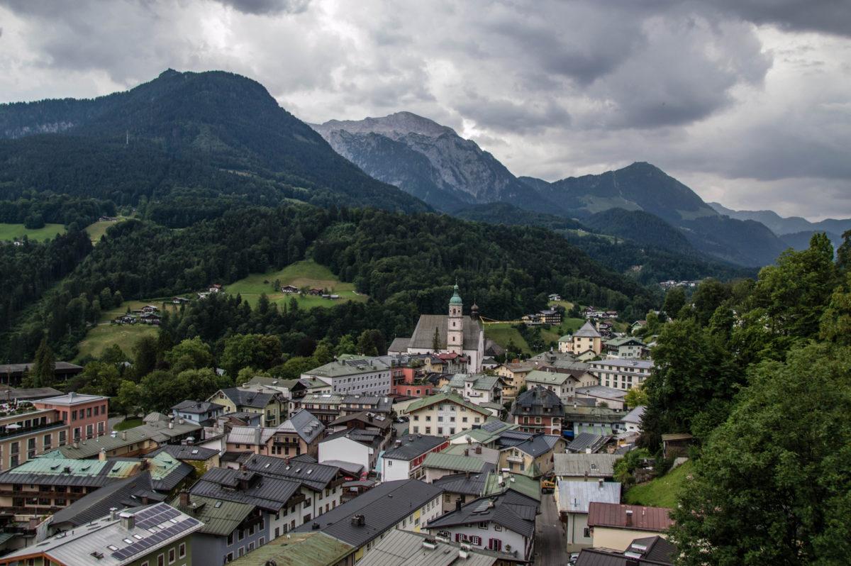 Blick von der Reichenbach-Nische am Soleleitungssteg über Berchtesgaden