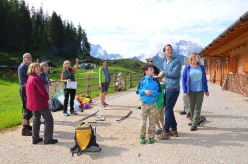 """Spannendes konnte die Almführerin Gerti Rutz den Teilnehmern der nachhaltigen Urlaubsreise """"Schützen unterstützen"""" auf der Mordaualm erzählen © Biosphärenregion BGL"""