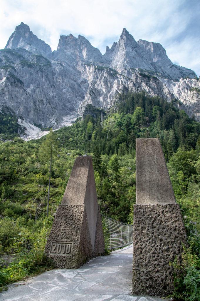 Blick über die Hängebrücke zu den Mühlsturzhörnern