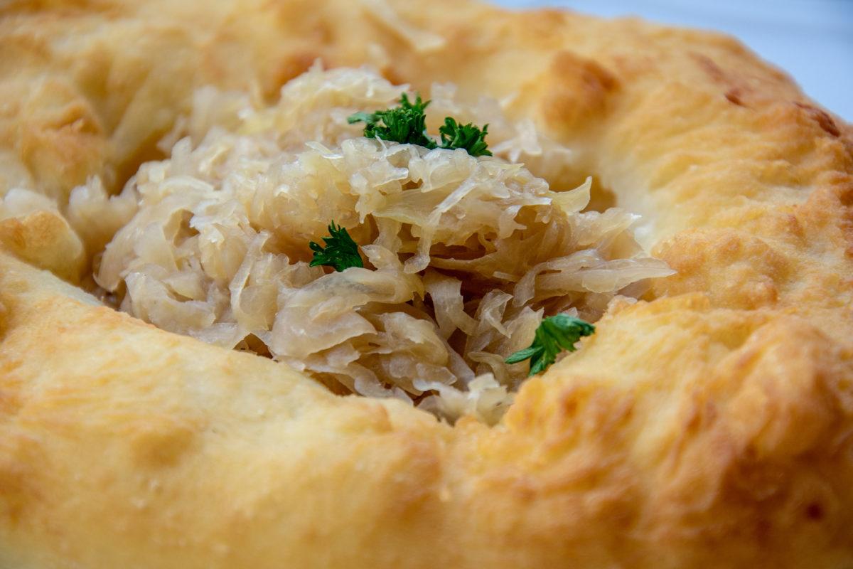 Auszogener Krapfen mit Sauerkraut
