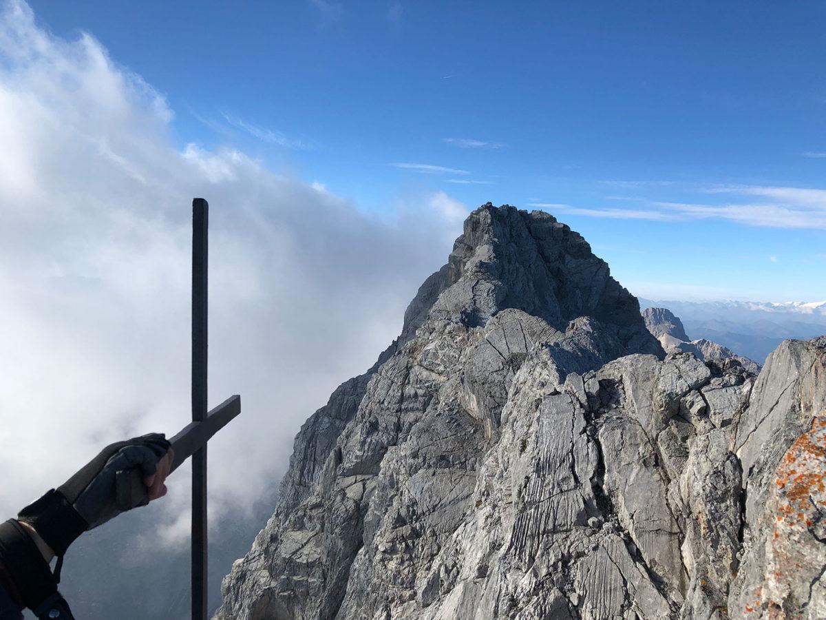 Ankunft auf der Mittelspitze mit Blick auf die Südspitze des Watzmannmassivs