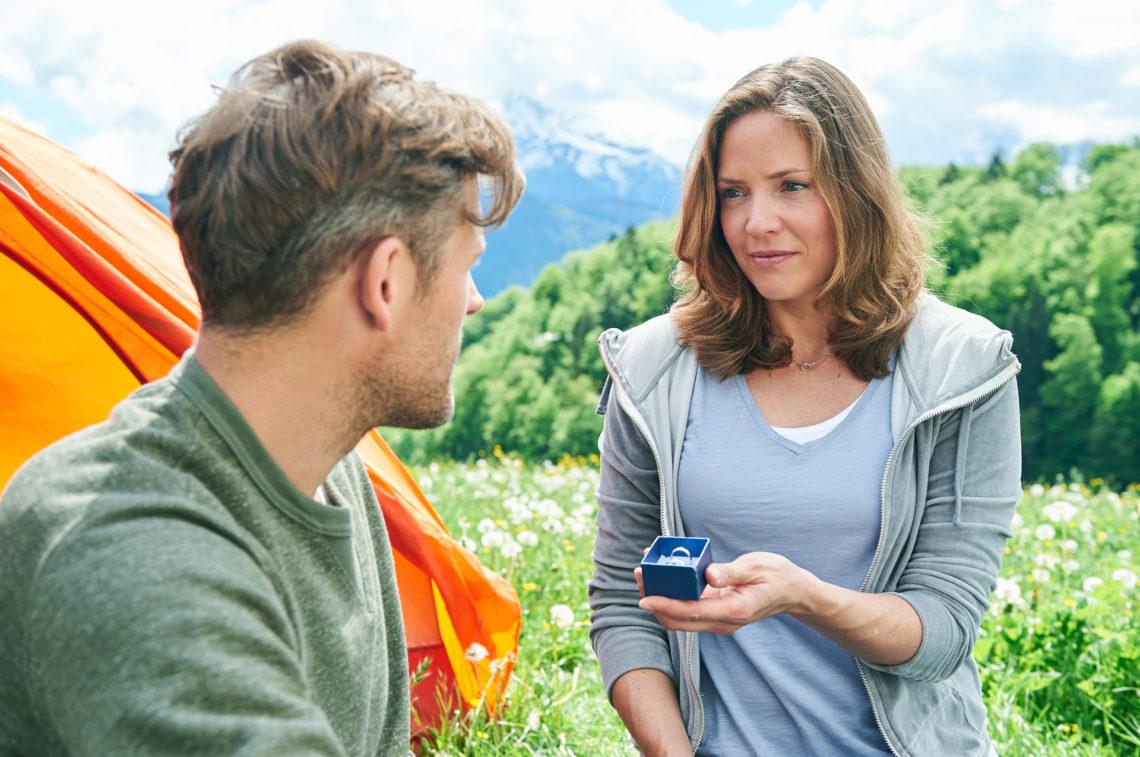 Lena (Patricia Aulitzky) macht Quirin (Jens Atzorn) eine riesige Freude: Endlich sagt sie Ja © ZDF | Marco Nagel.