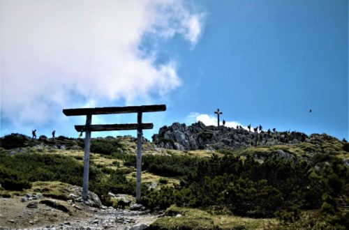 tibetisches Tor vor Gipfelkreuz Hochstaufen