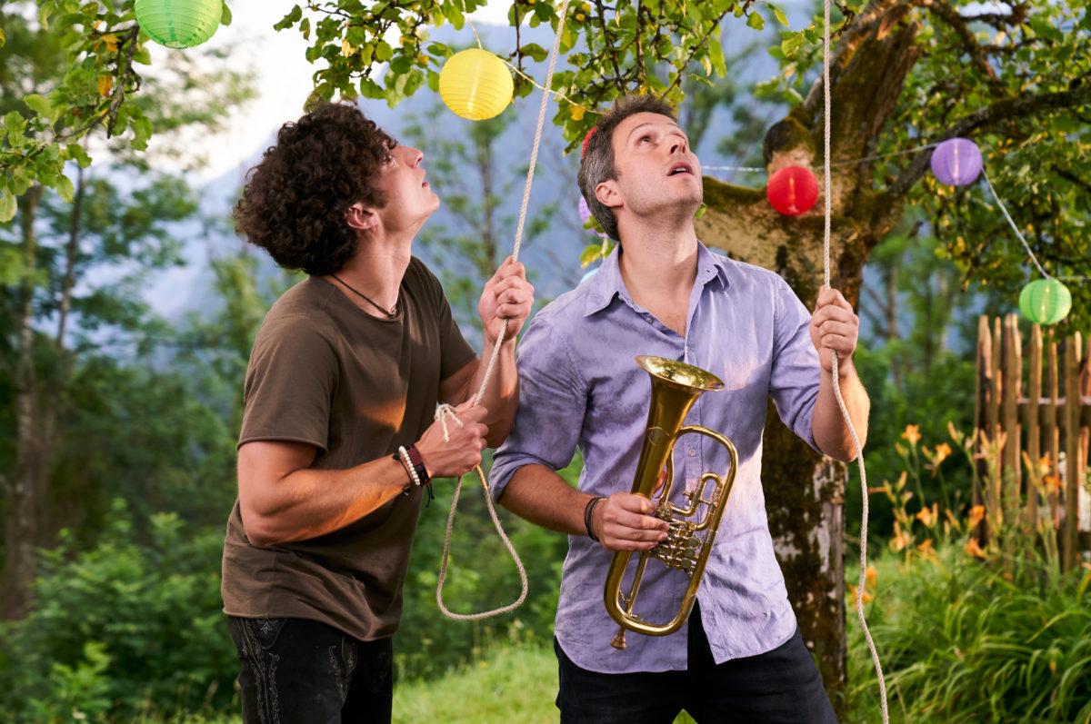 Basti (Raban Bieling, l.) und Franz (Pablo Sprungala) im Garten des Lorenzhofs © ZDF | Marco Nagel.