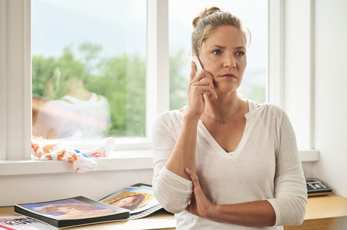 Lena Lorenz (Patricia Aulitzky) sucht verzweifelt nach einer Hilfe für das gestresste Drillings-Elternpaar © ZDF | Marco Nagel.