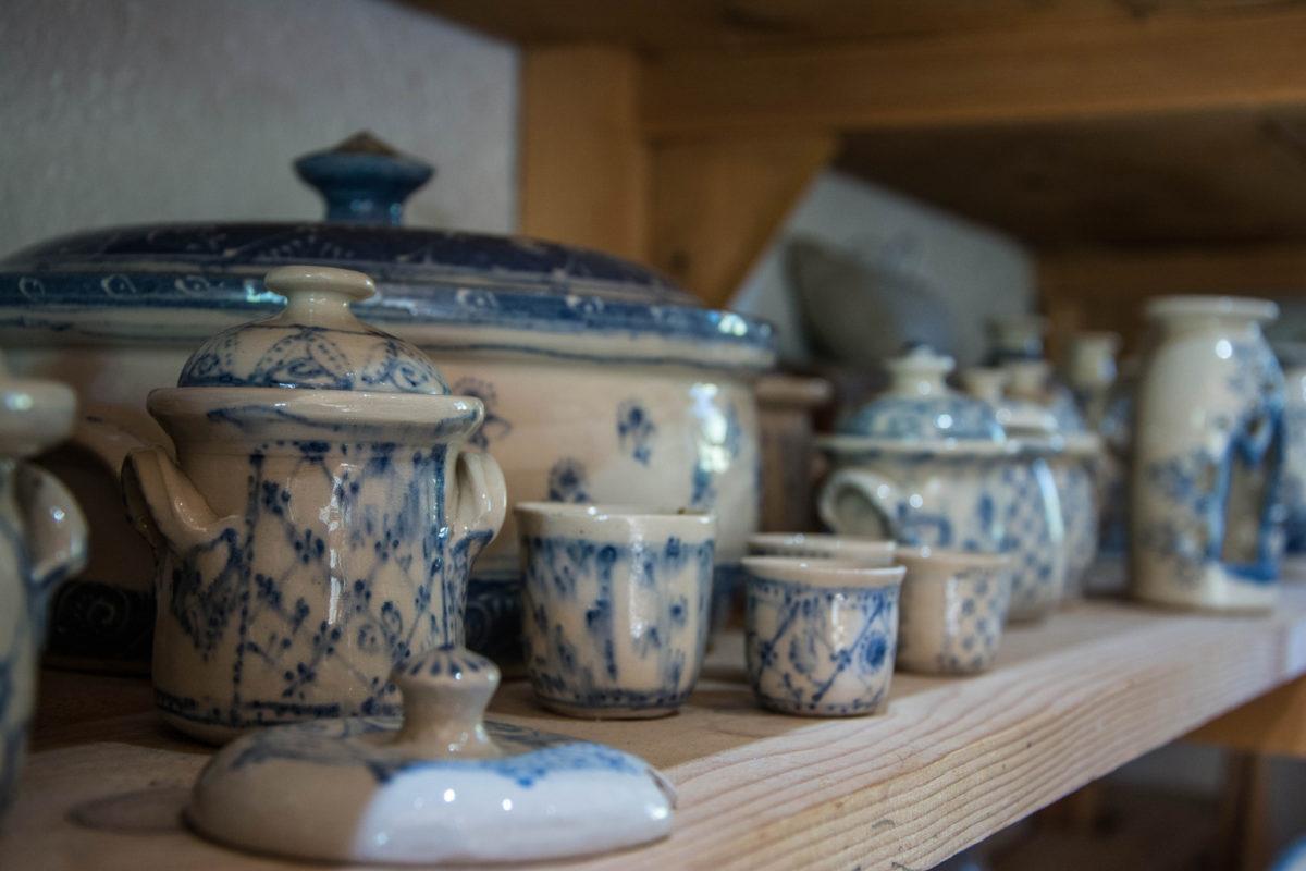 Weißes Steinzeug mit blauer Engobenmalerei