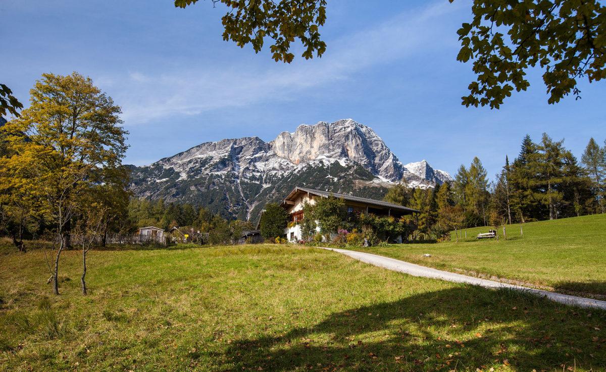 Das Untersberglehen mit dem namensgebenden Berg im Hintergrund