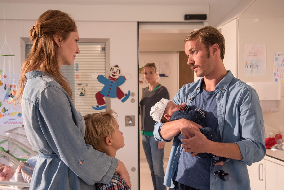 Lena Lorenz (Patricia Aulitzky, hinten) weiß, dass sich Nina (Daniela Schulz, l.) und Thomas Cramer (Max Woelky, r.) daran gewöhnen müssen, eine besondere Familie zu sein © ZDF | Meike Birck.