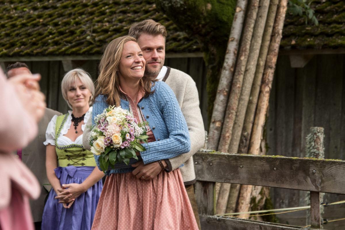 Lena (Patricia Aulitzky, r.) und Quirin (Jens Atzorn) genießen die Hochzeit ihrer Freunde © ZDF | Meike Birck
