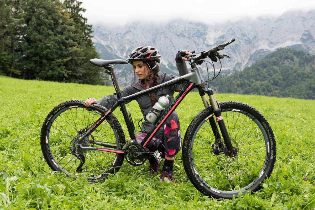 Julia Obermeier (Liane Forestieri) ist immer schon früh morgens auf ihrem Bike unterwegs © ZDF | Susanne Bernhard