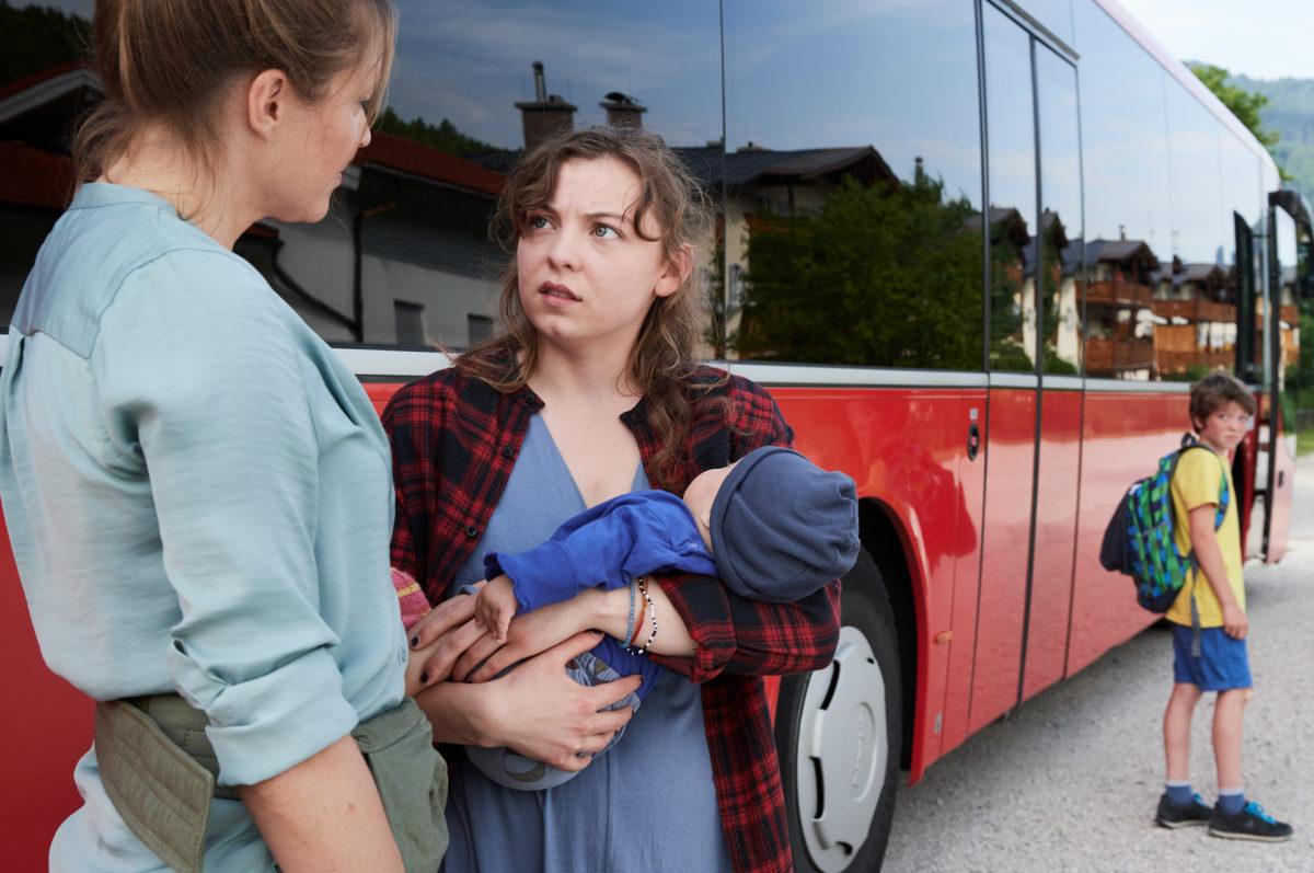 Hat Lena Lorenz (Patricia Aulitzky, l.) mit Rika (Amber Marie Bongard) die Mutter von Baby Leo gefunden? © ZDF | Marco Nagel