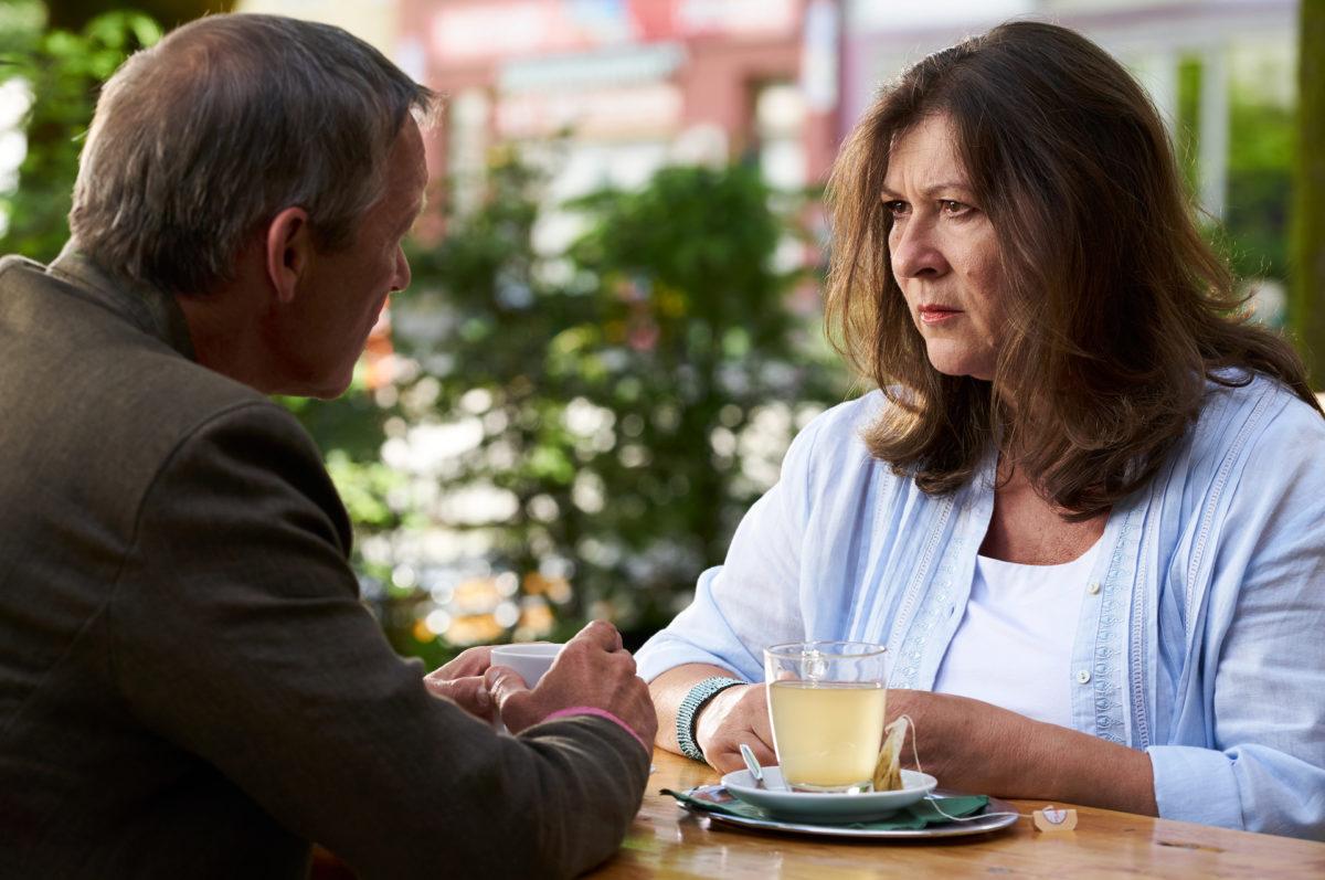 Eva Lorenz (Eva Mattes) erfährt zum ersten Mal, welche Pläne Vinz Huber (Michael Roll) tatsächlich mit ihrem Hof hat. © ZDF | Marco Nagel