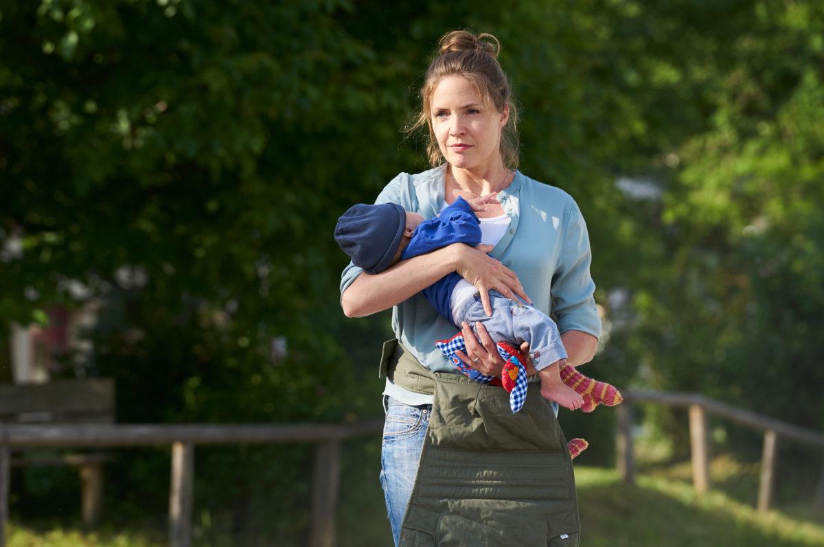 Lena Lorenz (Patricia Aulitzky) hat Baby Leo in einem Korb vor ihrer Praxistür gefunden. Nun sucht sie nach der Mutter des Babys. © ZDF | Marco Nagel